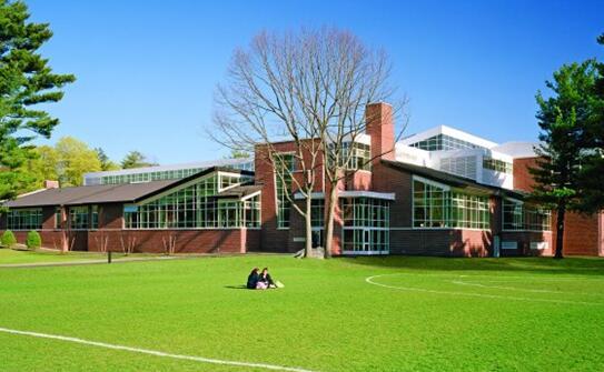 该校创建于1889年,位于美国加州风景秀丽的Ojai ValLey,是一所高质量的美国私立寄宿制中学。自成立一百多年来,学校除了为学生提供高质量的教育以确保学生能够以优异的成绩进入大学学习之外,学校还十分重视学生个人的全面发展以确保学生形成一个正确的人生观。   学校特色和优势:   该校是美国一所杰出的寄宿学校,不仅拥有优秀的专业课程设置,而且备有各种社团及学校活动。学校占地425英亩,共有89栋建筑。校园拥有125匹马来开展其特色课程HORSE PROGRAM.